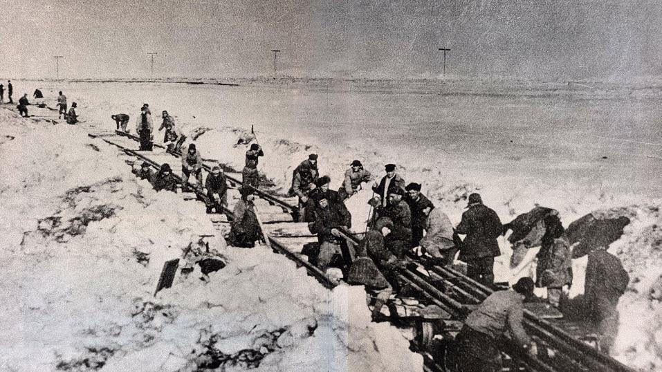 """Construcción de la """"Carretera de los Huesos"""" en el extremo oriental de Siberia, con presos del Gulag."""