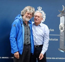 GRAF8802. OVIEDO, 17/10/2018.- El alpinista italiano Reinhold Messner (i), posa junto al polaco Krzysztof Wielicki (d), esta tarde a su llegada a Oviedo donde el viernes recibirán el Premio Princesa de Asturias de los Deportes. EFE/José Luis Cereijido