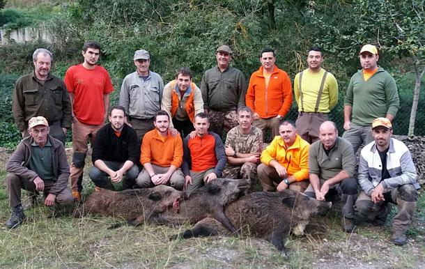 La cuadrilla de Bandi, con tres cerdos salvajes en el lote parragués de La Toya. :: L. G.