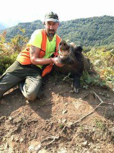 Carlos Argüelles, con el jabalí de gran tamaño que cazó en Conforcos. :: R. Ruea