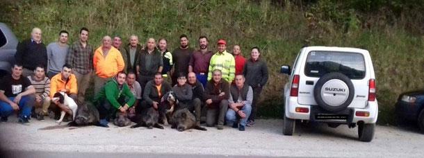 La Cuadrilla de José Galindo, de Cabranes, con cuatro jabalíes de entre 70 y 110 kilos abatidos en Caso. :: M. Toyos