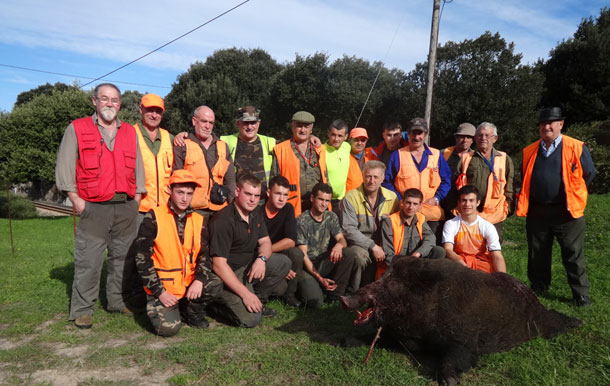 La cuadrilla ribadedense capitaneada por Juanjo Andreu, el cazador que abatió el jabalí de 185 kilos en el lote de La Franca. :: G. F. B.