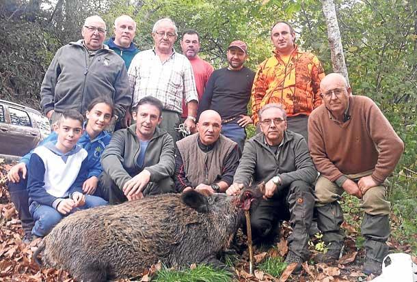 La cuadrilla llanisca de Pedro Amieva, con el jabalí de 135 kilos abatido en el lote de Mañanga. :: E. C.