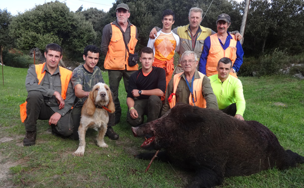 Grupo de monteros de la cuadrilla ribadedense de Juanjo Andreu. :: G. F. B.