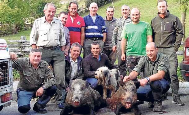 La cuadrilla de Pedro el de Escoyo, con jabalíes cazados en Santibanes (Aller). :: R. R.