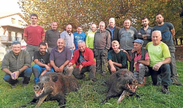 El grupo de Luis Sierra, con dos verracos de 110 kilos fusilados en La Cuestona. :: Pepillo