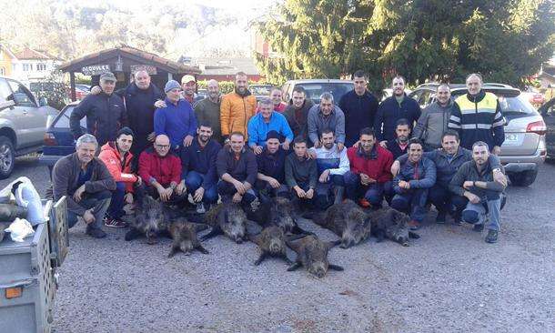 Cuadrilla del Valle del Río Negro (Aller), con los ocho ejemplares cazados en el Sueve-Cofiño. :: Román Ruea