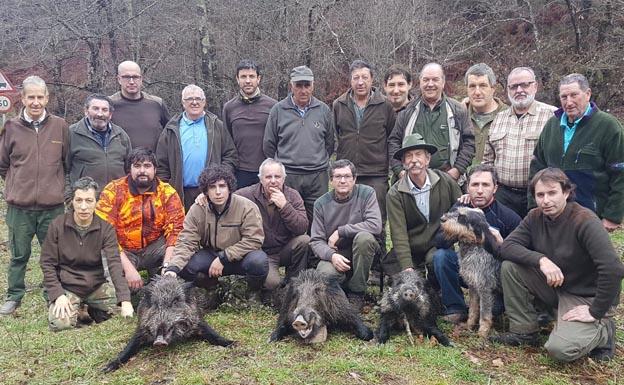 En el lote cangués de La Cuesta, la cuadrilla que gestiona Ángel Cofiño abatió tres cerdos salvajes con pesos de 75, 60 y 45 kilos. / E. C.