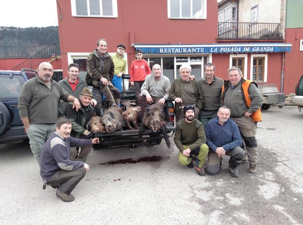 En el lote parragués de Sinariega, la palomilla que capitanea el riosellano Miguel Rosete tumbó cuatro cerdos salvajes y un gamo . :: E. C.