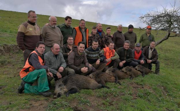 La cuadrilla piloñesa de Arturo Nicolás Valiente regresó triunfal del prolífico lote de Cayón con cinco jabalíes. :: Asdeca