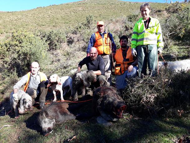 Los de Chuso, con dos suidos de 120 y 45 kilos en El Estelleru. :: asdeca