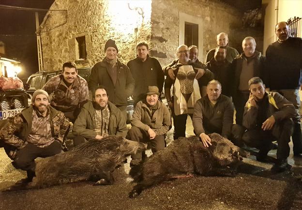 Cuadrilla de Buiza, con dos jabalíes cazados de 80 y 90 kilos. :: d. M. Molina