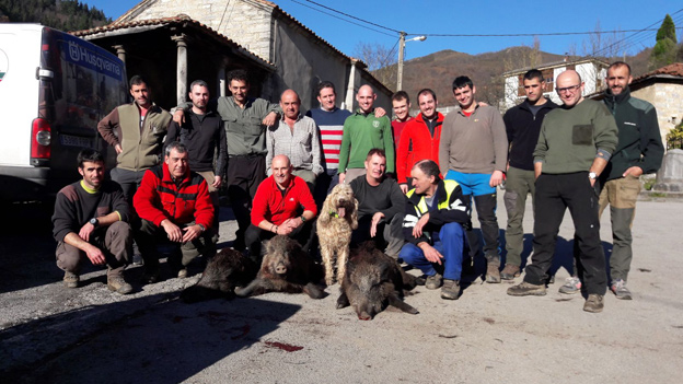 Cuadrilla de Luis Ángel, con jabalíes cazados en Pelúgano. :: Román Ruea