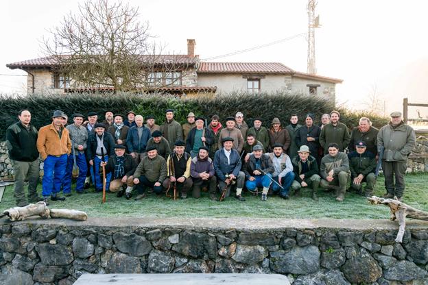 Cazadores y monteros posaron en una foto de familia antes de dar comienzo la batida, en la que Cosme Carril Vega abatió un jabalí de 60 kilos, en Los Molinos. :: fotos Juan Llaca
