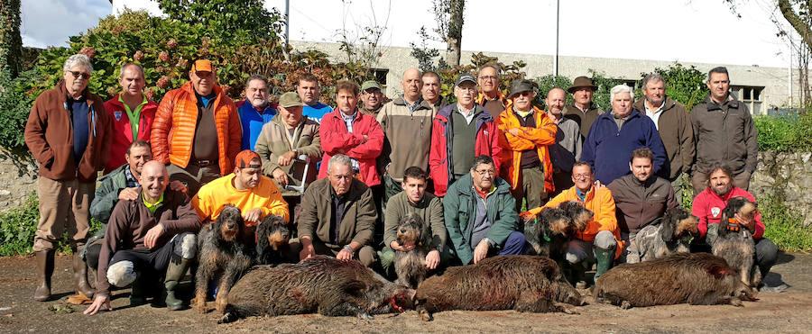 La cuadrilla número 11 del coto llanisco de Socoa, una de las más certeras de la comarca, con tres excelentes suidos en Mañanga. :: V. B. A.