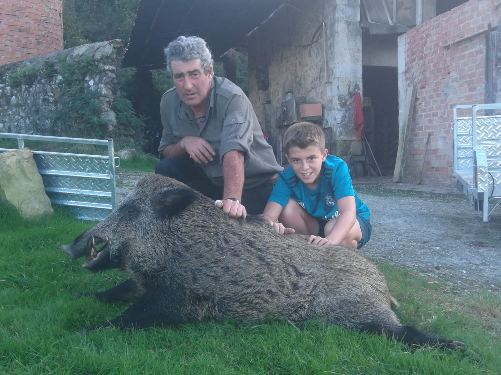 El ribadedense Rafael Díaz y su nieto. :: E. C.