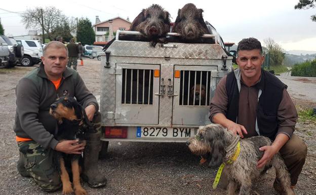 Diego y Vitorin, con dos jabalis en llantones, con la cuadrilla de La Figarona. :: E. C.