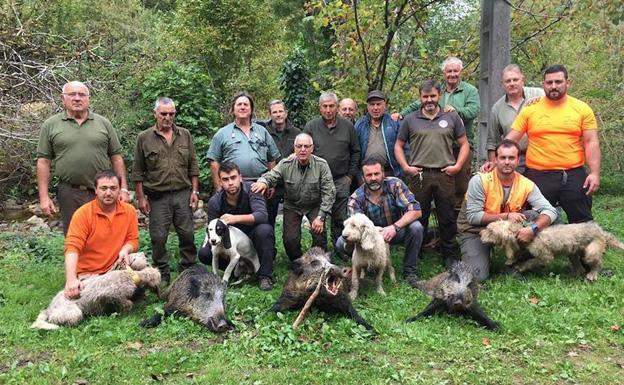 Cazadores y perros de la palomilla piloñesa gestionada por Martino, con tres macarenos apiolados en el cuartel de El Castellanu. :: Asdeca.