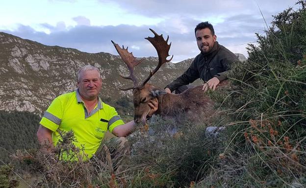 Litri y el guarda Víctor Gonzalez, en Calabrez. :: E. C.