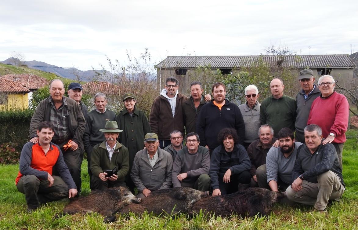 La palomilla parraguesa de Javier Feliz tumbó tres cerdos salvajes en la montería celebrada el pasado fin de semana en El Aspru. :: E. C.