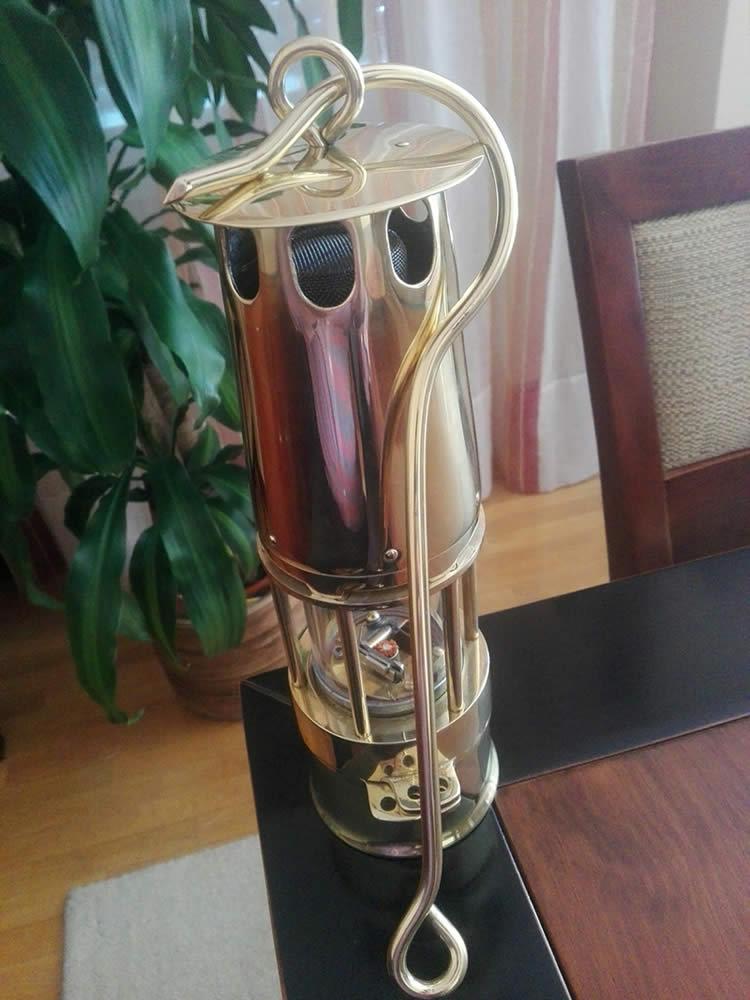 La lámpara regalada por todos los presentes, en recuerdo de Mieres, mi lugar de nacimiento.
