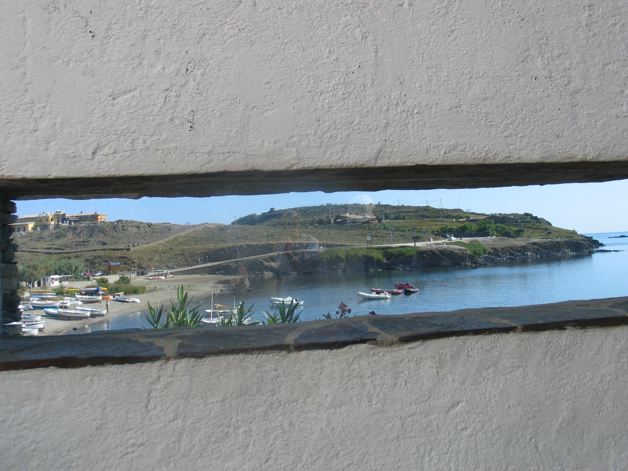 Ventana de la casa de Dalí de Portlligat, utilizada por el artista para una de sus obras más conocidas. La fotografía corresponde a un viaje de 2005.