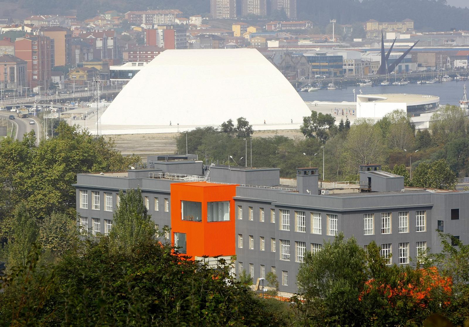 Edificio del Centro de DesarrolloTecnológico con el Niemeyer al fondo. Foto Marieta