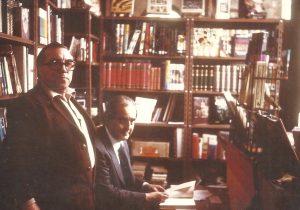 Fernando Morán, sentado en la trastienda de El Recorte, librería que estuvo en la calle Rivero de Avilés, acompañado por Raúl Trabanco propietario de la misma.