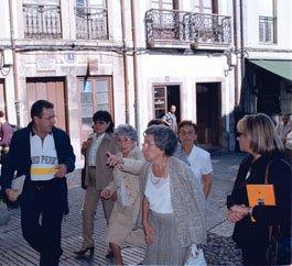 Dos hijas, en el centro, de la poeta invitadas a la celebración del centenario de su madre en 2000. Al fondo el domicilio de Ana de Valle.