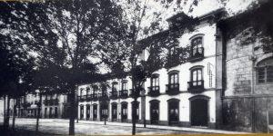 El Hotel La Serrana codo con codo con el palacio de Camposagrado. Una imagen que hoy ya no se puede ver.