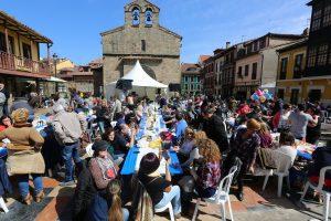 La famosa Comida en la Calle (record Guinnes Mundial) forma parte de las fiestas del Bollo de Avilés.