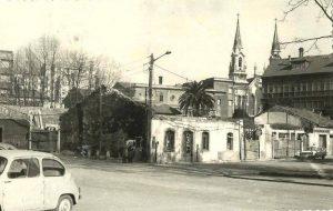 Antiguas casas en calle Cuba. Al fondo el edificio del cine Clarín y la iglesia nueva de Sabugo.