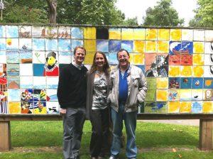 Los historiadores norteamericanos Michael Francis y Annie Francis, junto con Alberto del Río, a la derecha, ante el 'Mural de las ciudadas hermanas'