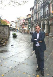 Francisco Vizoso en el casco histórico de Avilés.