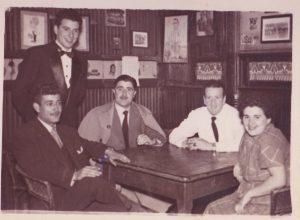 Por la derecha, Mari Rubio (esposa de Mario), Germán Blanco hermano de Mario, que aparece de pié entre dos amigos.