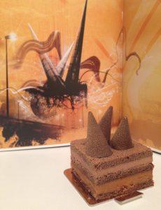 La popularidad de la escultura se traduce en publicaciones e incluso en repostería. El pastel se llama Conos.