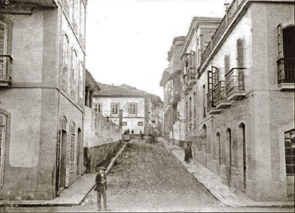 Calle La Ferrería desembocando en la de La Muralla. En la esquina de la derecha parte del edificio del hotel La Serrana. (Foto cedida por Cástor G. Ovies).