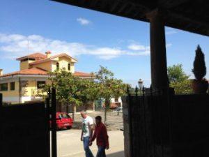 El Ayuntamiento visto desde el atrio de la iglesia de San Julián.