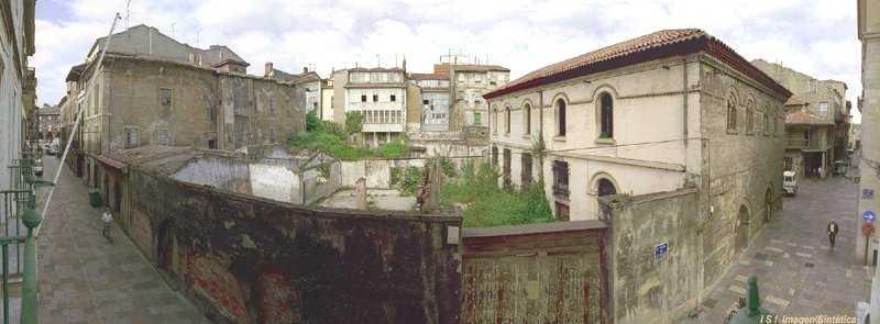 Foto, desde La Ferrería con objetivo ojo de pez, del solar donde trazaría la plaza, edificaría el Centro de Serv. Universitarios y se rehabilitaría el palacio Valdecarzana.