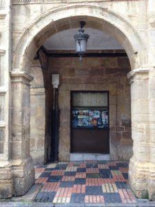 La entrada a la antigua capilla estaba por donde luego se instaló la taquilla del cine.