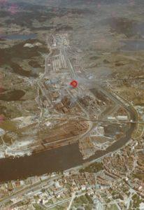 Foto aérea de Ensidesa hacia 1971. Señalado en rojo la zona del accidente, en la margen derecha de la Ría.