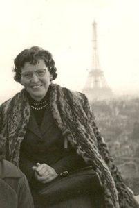 Esther Carreño en París, en uno de los viajes de estudio del Instituto Carreño Miranda.