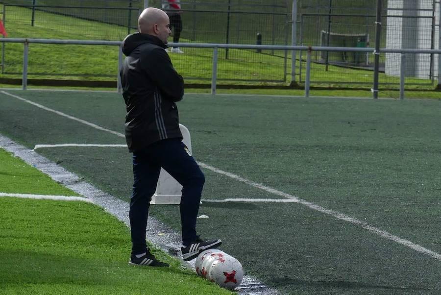 Foto: Pedro Arboleya, técnico del Real Oviedo Femenino, durante un entrenamiento.