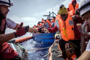 -FOTODELDIA- Alta mar, 21/04/2018.- Miembros de la ONG 'SOS Mediterranee' del buque 'Acuario' ayudan a una mujer durante una operación para rescatar a más de 250 inmigrantes en un barco de madera, a unos 50 kilómetros de la costa libia, en el Mar Mediterráneo, el 21 de abril de 2018. El Acuario la tripulación dirigió dos operaciones el 21 de abril y rescató a unas 350 personas, además de las 164 rescatadas la semana pasada y ya a bordo. (Libia) EFE / CHRISTOPHE PETIT TESSON: