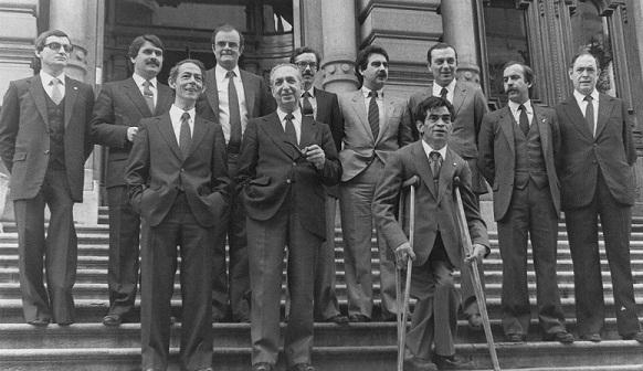 El primer gobierno del Principado de Asturias. En la escalinata de la Junta General del Principado